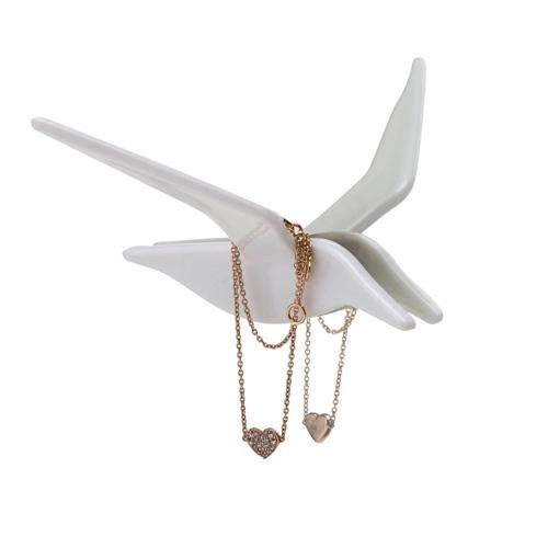 מתלה תכשיטים משתקף במראה Fly By