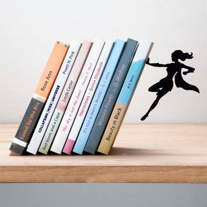Supergirl תומך ספרים גיבורת על